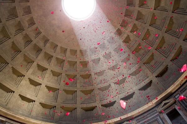 Milhares de pétalas de rosas vermelhas são despejadas pelo óculo do Panteão Roma