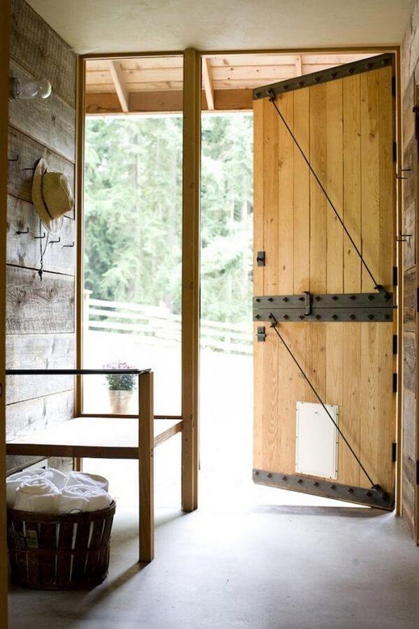 Modelo de porta holandesa madeira com detalhes em ferro