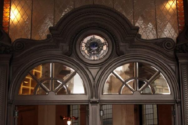 """Na entrada do Museu do Café é possível observar um pequeno vitral acima das portas com o símbolo """"Estados Unidos do Brasil"""""""
