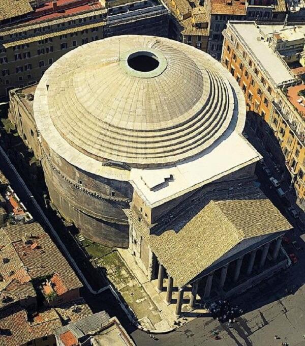 O Panteão Roma foi doado ao Papa Bonifácio IV e convertido em Basílica Cristiana