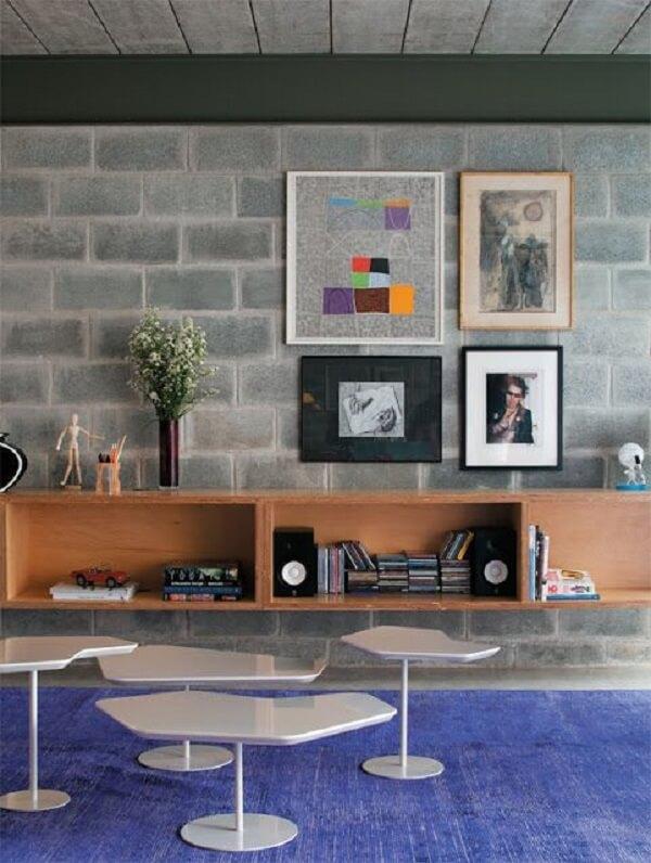 O concreto aparente pode aparecer principalmente em forma de paredes, forros de teto e escadas