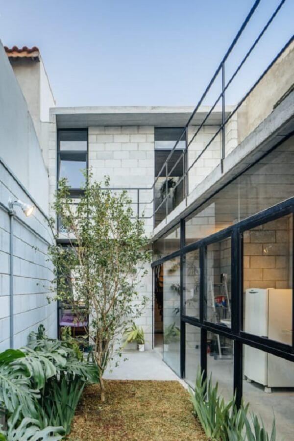 Os projetos de casas de bloco de concreto aparente e amplas janelas em vidro são repletos de personalidade