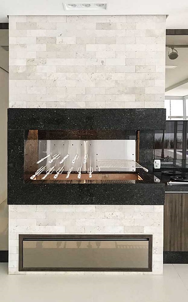 Revestimento para churrasqueira feita com granito preto e tijolinhos aparentes em tons mais claros