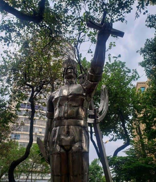 Arquiteto Tebas: estátua do arquiteto em São Paulo (foto: Twitter)