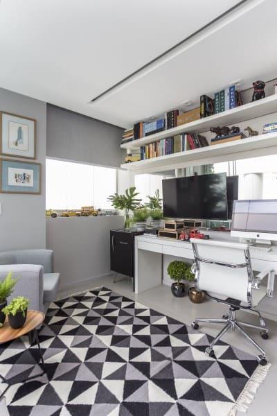 Tendências de Arquitetura e Design em 2021: Home Office com tapete de estampa escura e poltrona estofada (foto: Altera Arquitetura)
