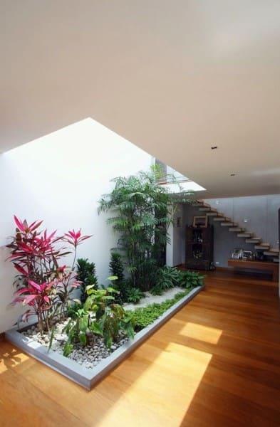 Tendências de Arquitetura e Design em 2021: jardim interno com iluminação natural e escada (foto: Revista Viva Decora)