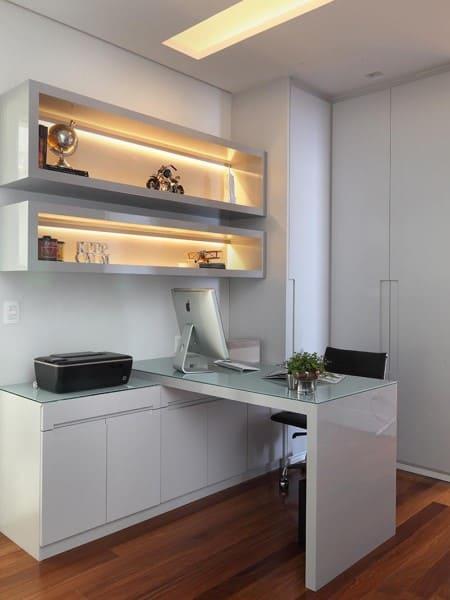 Tendências de Arquitetura e Design em 2021: Nichos com Iluminação e Escrivaninha Planejada (foto: Rocha Andrade Arquitetura e Interiores)