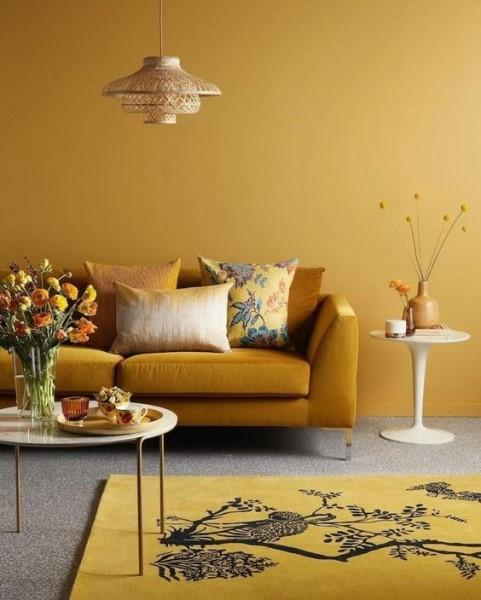 Tendências de Arquitetura e Design em 2021: sala amarela monocromática com piso cinza (foto: Deavita)
