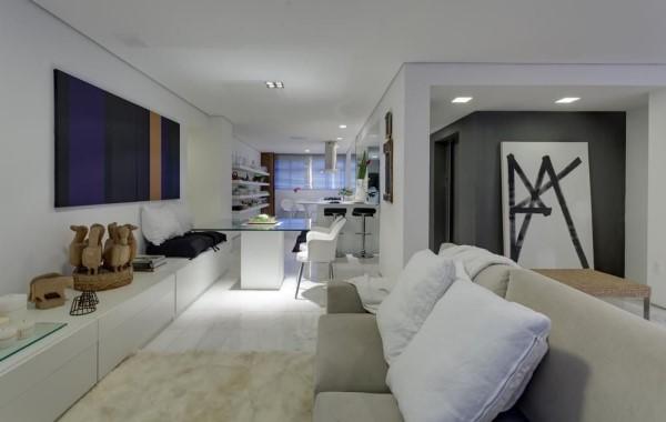 Tendências de Arquitetura e Design em 2021: Sala com almofadas e sofá de cores neutras e tapete de pelinho (foto: Denise Macedo)