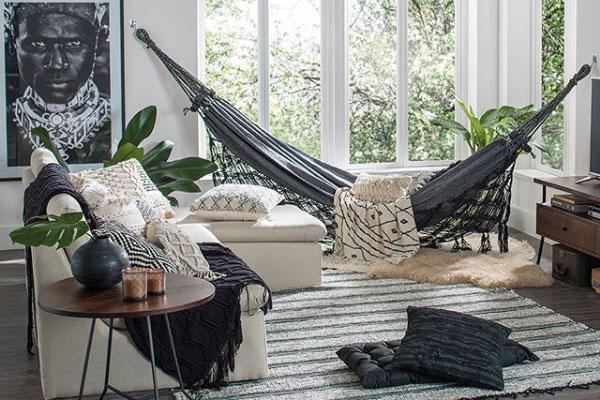 Tendências de Arquitetura e Design em 2021: Sala com rede e tapete de pelinhos (foto: Revista Cláudia)