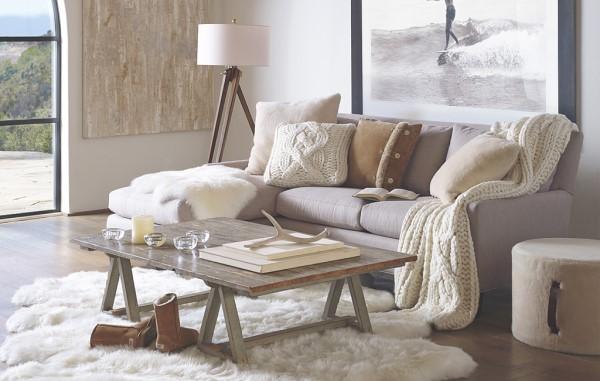 Tendências de Arquitetura e Design em 2021: sala de estar com tapete de pelinho e sofá com mantas (foto: Incoben)