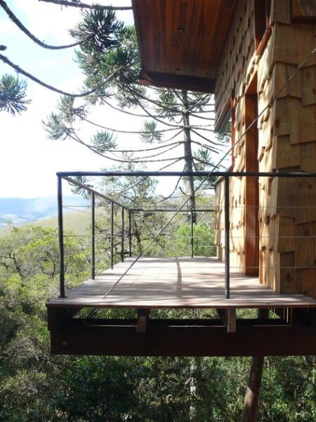 Casa suspensa: casa de madeira na floresta (projeto: André Eisenlohr)