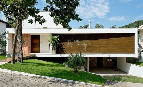 Casa suspensa com garagem (foto: Pimont Arquitetura)
