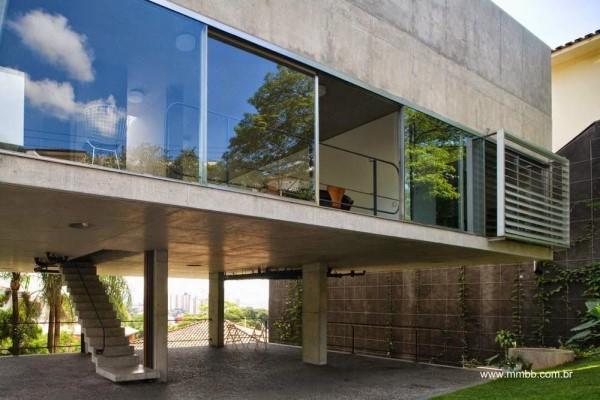 Casas suspensas por pilares: casa com janela em fita e concreto bruto (foto: Pinterest)