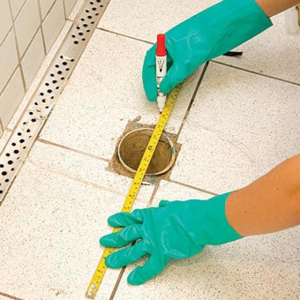 Como instalar vaso sanitário com caixa acoplada: faça a marcação dos furos no piso (foto: CasaumCOMO)