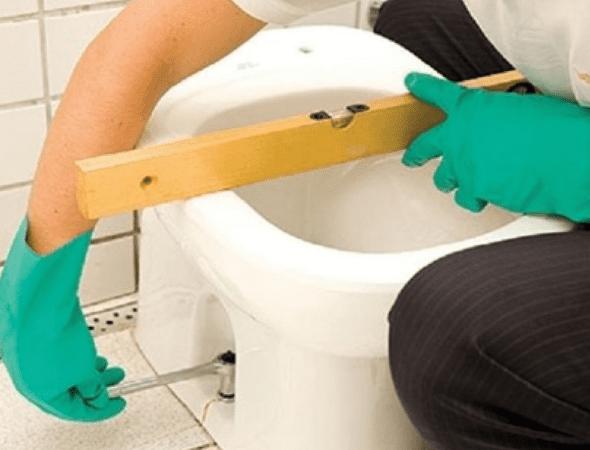 Como instalar vaso sanitário: parafusando a bacia no piso (foto: Pinterest)