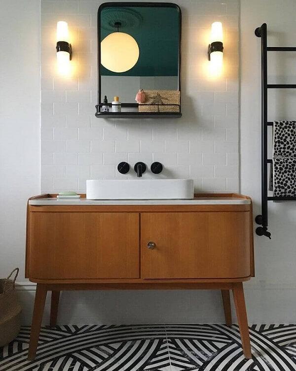 A luminária de banheiro de parede foi posicionado nas laterais do espelho