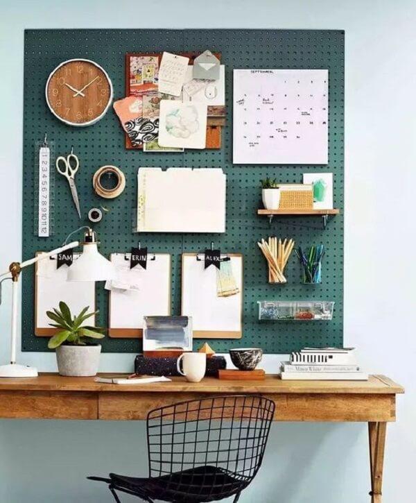 Aproveite o painel pegboard para organizar o cantinho de estudos e trabalho