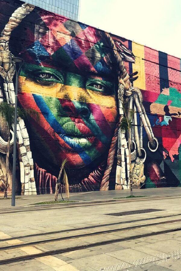 Arte urbana: mural de etnias criado pelo artista Eduardo Kobra