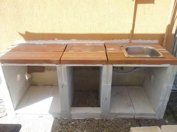 Como fazer móveis de alvenaria para cozinha: bancada de alvenaria em construção (foto: Pinterest)