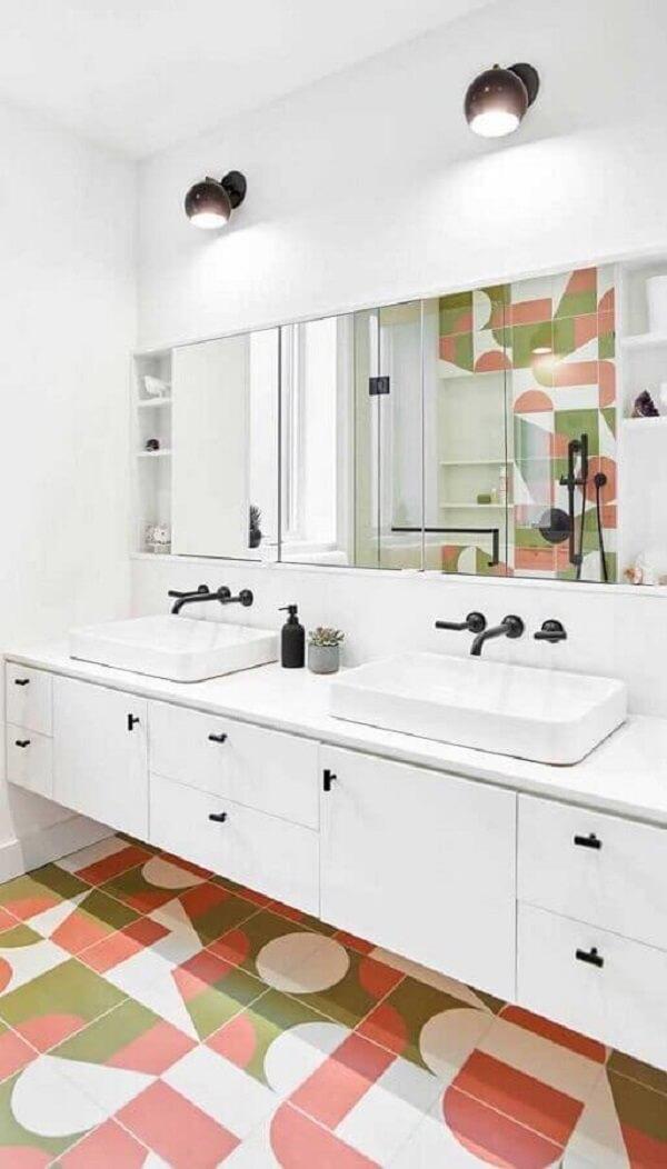 Decoração clean com luminária de banheiro preto e piso colorido