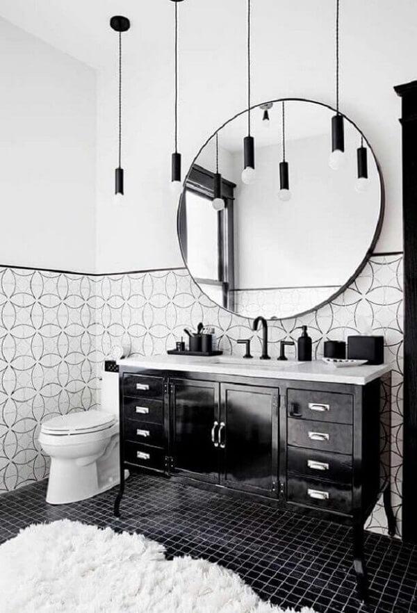 Decoração com luminária de banheiro preta e gabinete vintag