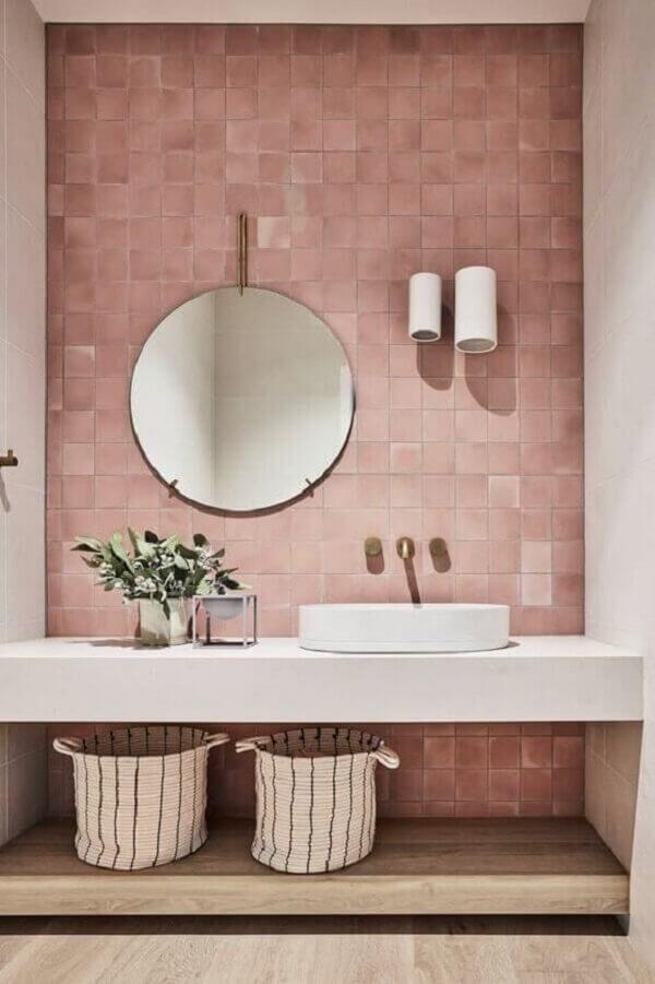 Decoração moderna em tons de rosa com luminária de parede banheiro branco