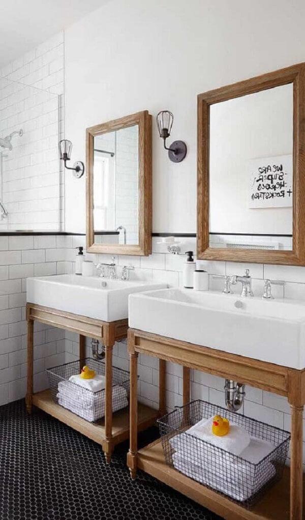 Decoração retrô com luminária de banheiro de parede e espelho com moldura de madeira