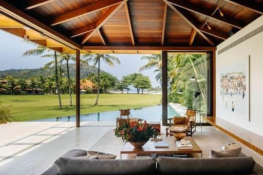 Estilos de casas: casa de praia com área externa integrada com sala de estar (foto: Correta Aterrado)