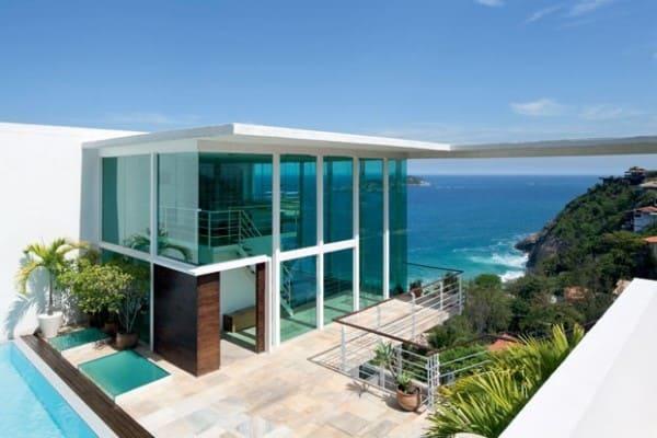 Estilos de casas: casa de praia com janela em fita de frente para o mar (foto: ConstruindoDECOR)