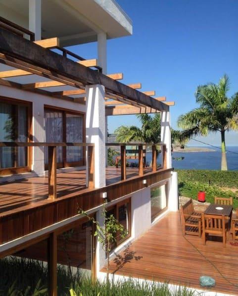 Estilos de casas: casa de praia com madeira clara e paredes brancas (foto: Tua Casa)