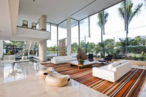 Estilos de casas modernas: ambiente com pé direito duplo e mezanino (projeto: Marí Aní Oglouyan)