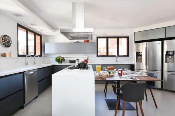 Estilos de casas modernas: cozinha com balcão e mesa pequena (projeto: Start Arquitetura)