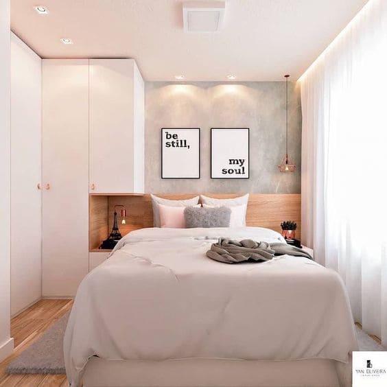 Estilos de casas modernas: quarto com decoração de tons claros e cabeceira de madeira (foto: Tua Casa)