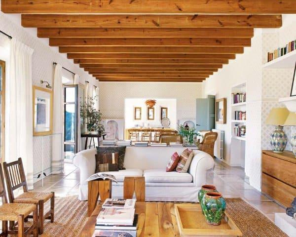 Estilos de casas: sala de estar rústica com móveis de madeira clara e paredes brancas (foto: Pinterest)
