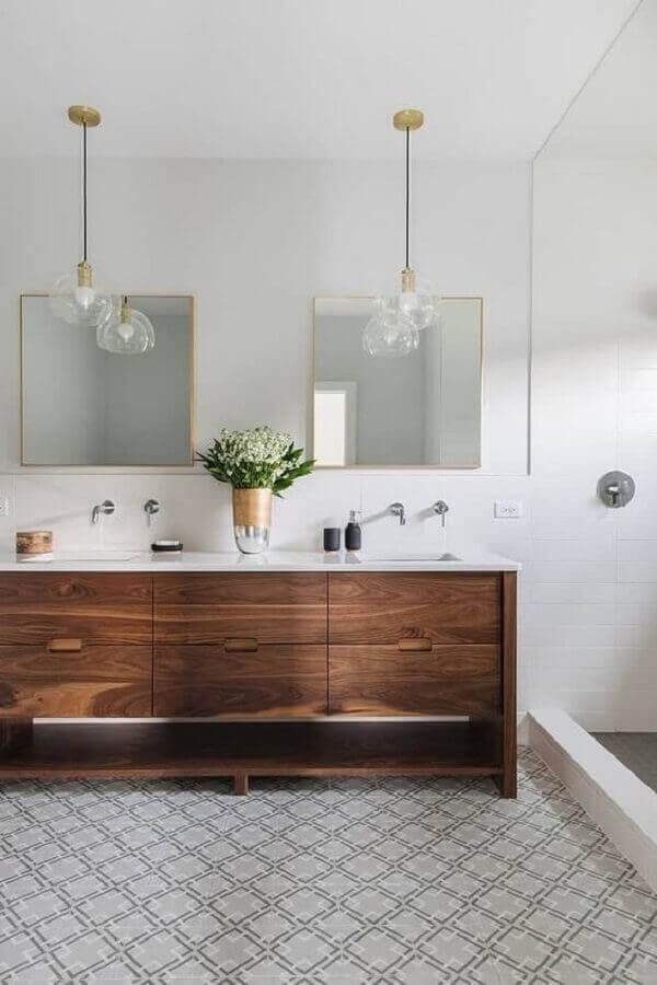 Luminária de banheiro fixada acima de cada espelho