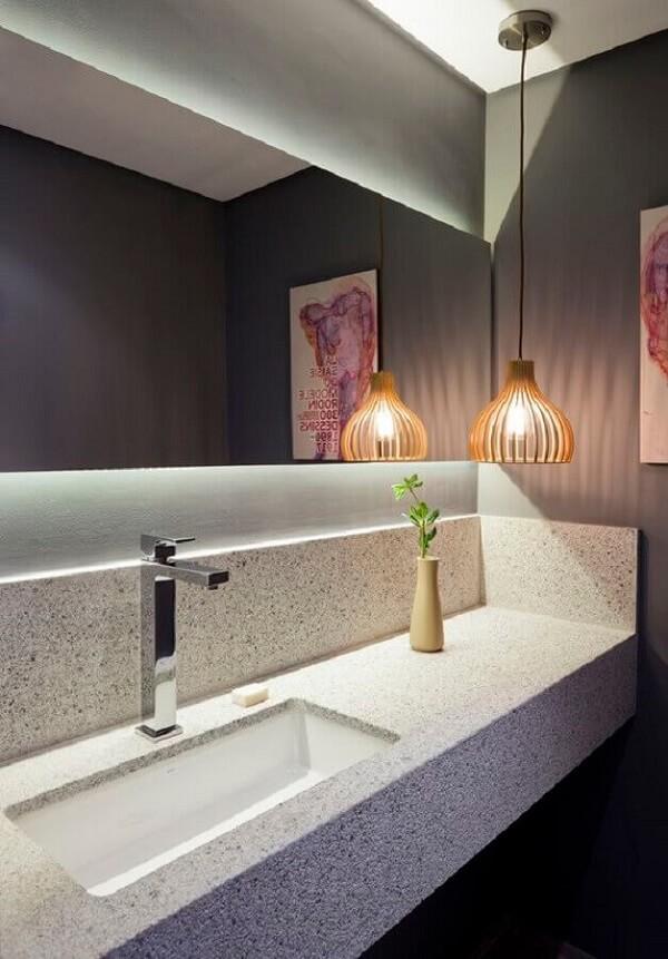 Luminária de banheiro pendente para banheiro sofisticado com bancada planejada