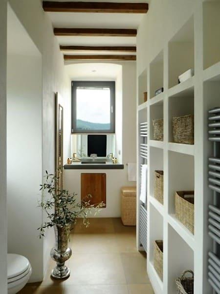 Móveis de alvenaria: armário de alvenaria no banheiro com cestas de palha (foto: Pinterest)
