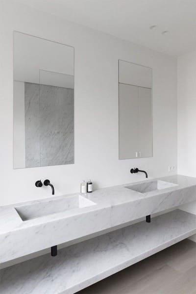 Móveis de alvenaria: bancada de banheiro com metais pretos (foto: Remodelista)