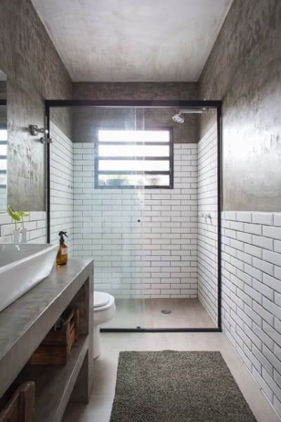 Móveis de alvenaria: bancada de banheiro de concreto e revestimento branco (projeto: Daniel Winter)