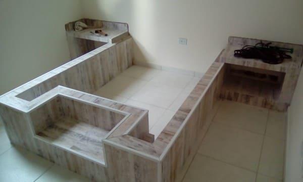 Como fazer móveis de alvenaria: cama de alvenaria com mesas de cabeceira (foto: Pinterest)