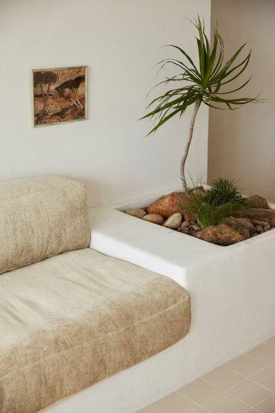 Móveis de alvenaria: detalhes de sofá de alvenaria com estofado de cor neutra (foto: Pinterest)