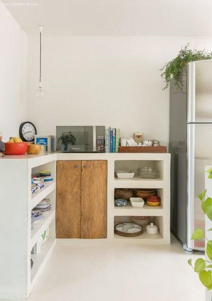 4. Móveis de alvenaria para cozinha: nichos na cozinha e armário com porta de madeira (foto: Tudo Construção)