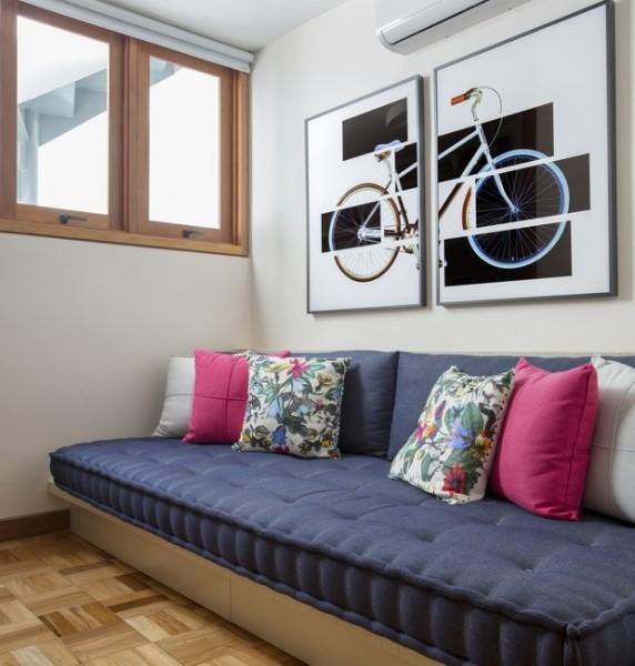 Móveis de alvenaria: sofá de alvenaria com futon azul (foto: Casa e Jardim)