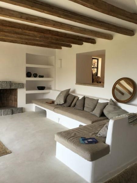 1. Móveis de alvenaria: sofá de concreto pintado de branco (foto: Pinterest)