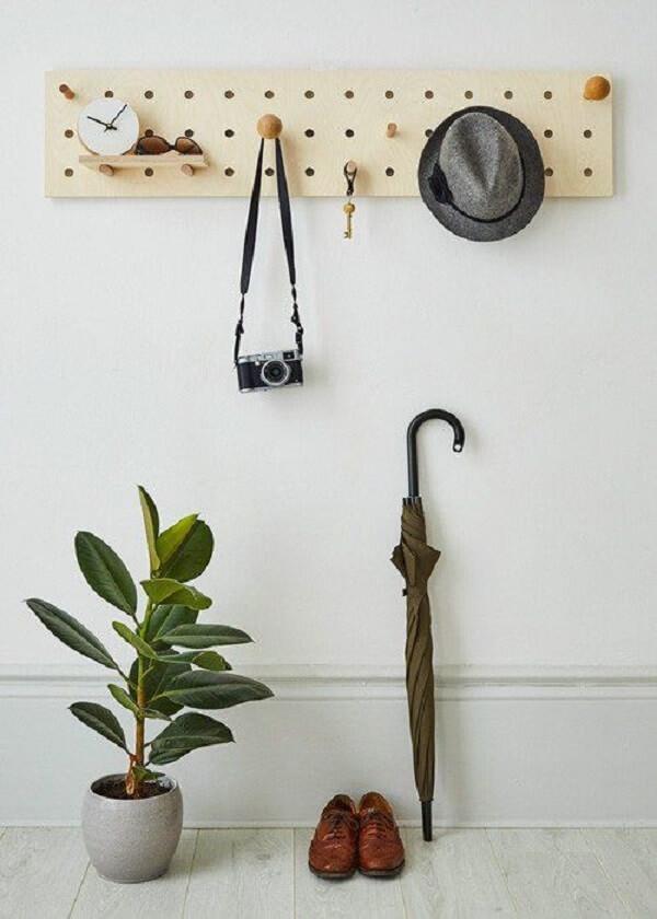 Modelo discreto de pegboard madeira serve de apoio para objetos e acessórios