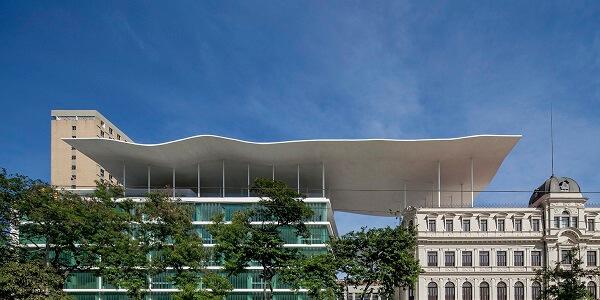 Museu de Arte do Rio: imagem da bela e majestosa laje sustentada por pilotis