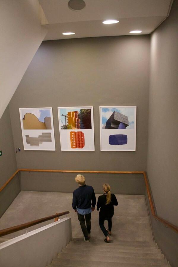 Museu de Arte do Rio obras expostas nas escadarias do edifício