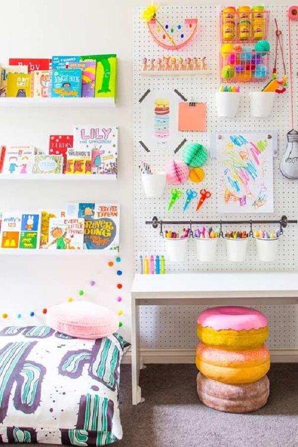 O pegboard branco ajuda na organização do quarto infantil