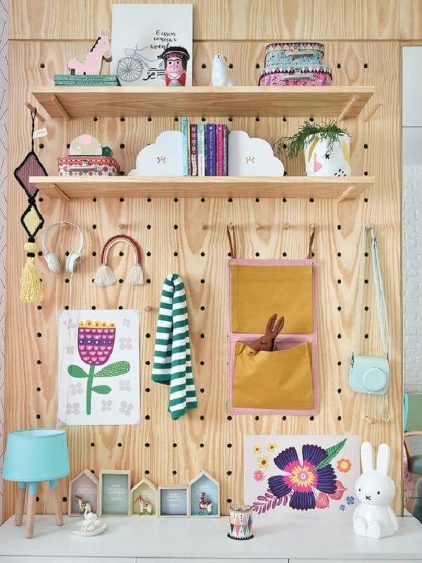 Organize acessórios e brinquedos do quarto infantil com pegboard